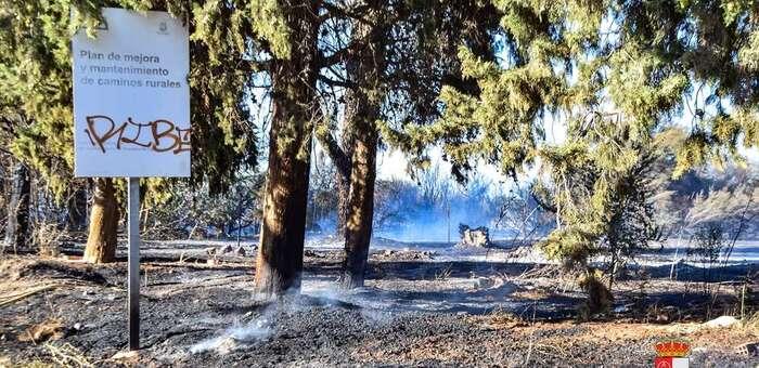 """Declarado un incendio en Pozuelo de Calatrava que quema parte de la vegetación que bordea el Centro de Interpretación de Aguas Volcánicas """"La Inesperada"""""""