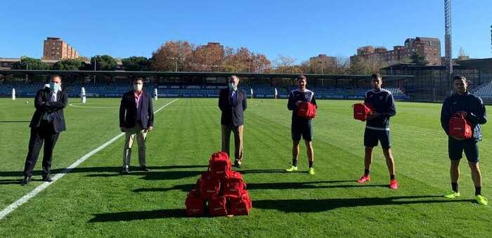 El Fútbol Club Talavera de la Reina recibe botiquines del Centro Médico HLA Toledo y la delegación de ASISA