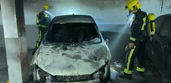 Dos afectados por inhalación de humo tras incendiarse dos coches en un bloque de viviendas de Arcas (Cuenca)