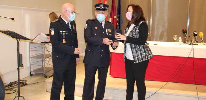 Tres agentes de Policía Local de Alcázar reciben la Medalla a la Permanencia en el mismo acto en el que se incorporan tres nuevos agentes
