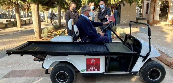 Presentado en el Cementerio Municipal de Alcázar un nuevo vehículo portaféretros
