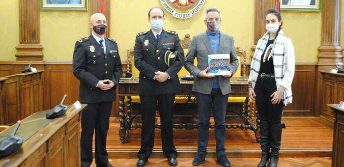Jesús Martín recibe el libro '40 aniversario Incorporación de la Mujer a la Policía Nacional'