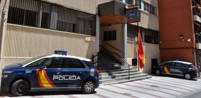 La Policía Nacional rescata a una octogenaria atrapada en un incendio de su vivienda en Puertollano