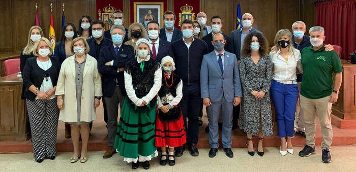 Recepción en el Ayuntamiento de Azuqueca a los alcaldes de los municipios asturianos de Valdés y Navia y a la banda La Reina del Truébano
