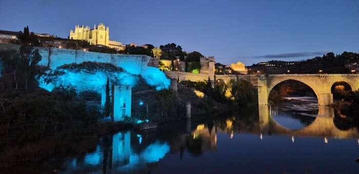 La puerta de Alcántara y el baño de la Cava de Toledo lucirán de azul con motivo del Día Internacional de las Personas Sordas