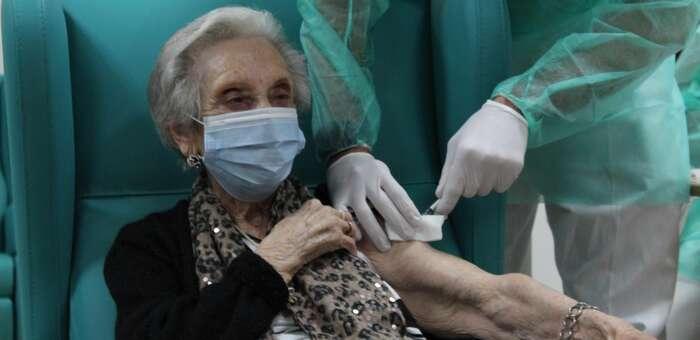 Castilla-La Mancha comenzará a administrar la tercera dosis de la vacuna contra el Covid en las residencias de mayores a partir del próximo lunes