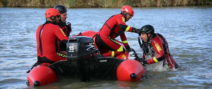 La UME realiza en Toledo prácticas de rescate acuático en el río Tajo