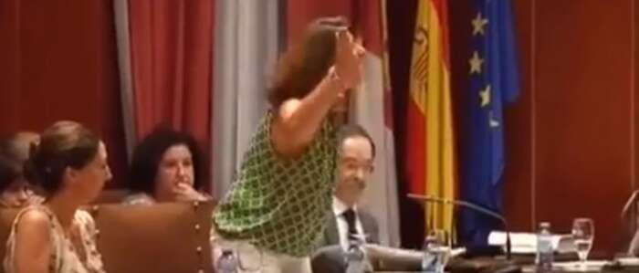 El comportamiento de la concejala popular de Manzanares Dolores Serna, hace que sea expulsada del Pleno