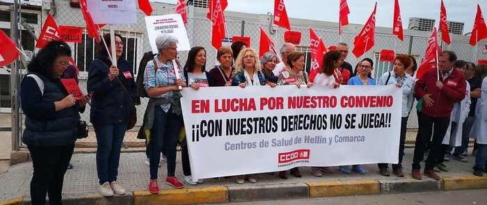 Nueve mujeres de la limpieza de los centros de salud de Hellín y comarca ya van por su tercer día de huelga