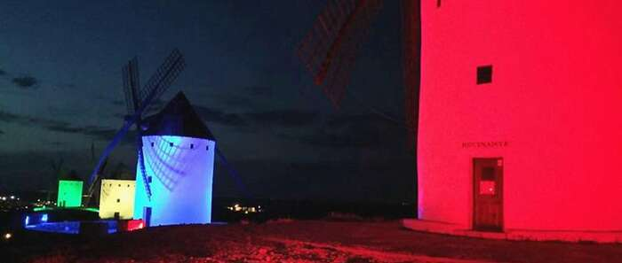 Los molinos se iluminarán de amarillo el Día de los Derechos Humanos