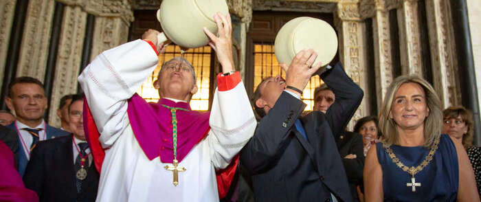 El presidente de Castilla-La Mancha se une a la celebración de la Patrona de Toledo, la Virgen del Sagrario, con la tradicional bebida del botijo