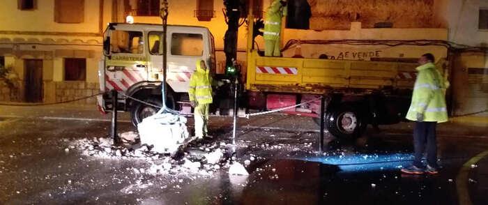 El operativo de las Brigadas de Carreteras de Albacete limpian y despejan la CM-3201 tras el desprendimiento de rocas de este viernes