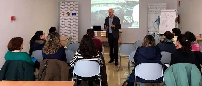 """Miguel Angel Valverde anima a las alumnas del módulo de capacitación """"Campo de Calatrava: Adelante"""" a seguir con sus proyectos"""