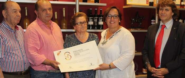 Olmedo entrega la distinción de los Premios Gran Selección a los vinos Símbolo Crianza y Vidal del Saz, ambos de Campo de Criptana