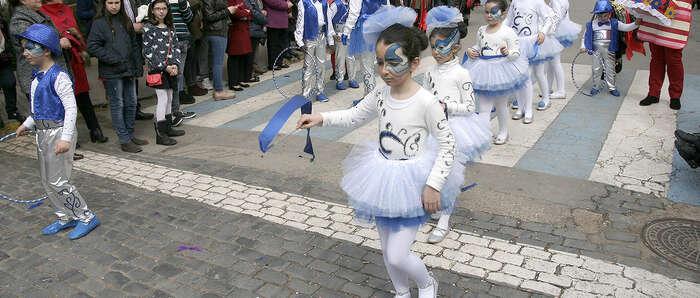 Mucho público en las calles de Almodóvar para seguir el desfile de Carnaval