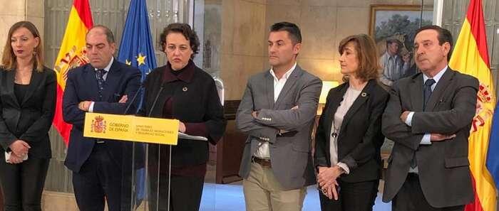 El presidente de ASAJA, Pedro Barato, firma con el Ministerio el nuevo acuerdo para los autónomos agrarios por el que se mantienen los tipos de cotización