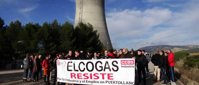 Unos 50 trabajadores de Elcogas se concentran en petición de su recolocación en otros centros de trabajo
