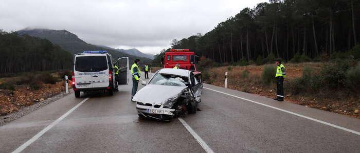 Muere un conductor al chocar su coche contra un camión