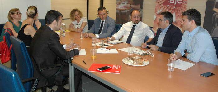 Adrián Fernández y Miguel Angel Rodríguez se han reunido con la directiva de AJE Ciudad Real y dado un amplio repaso a la situación local y provincial