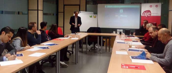 Una decena de miembros de AJE han participado en un café temático sobre el marketing on-line