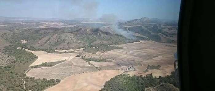 Unas 90 personas y 19 medios participan en la extinción de un fuego declarado en Hellín (Albacete)