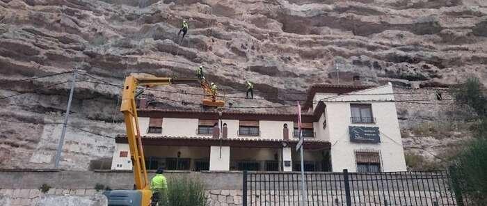 Abierta al tráfico la CM-3210 a su paso por Alcalá del Júcar tras las obras por los desprendimientos de octubre