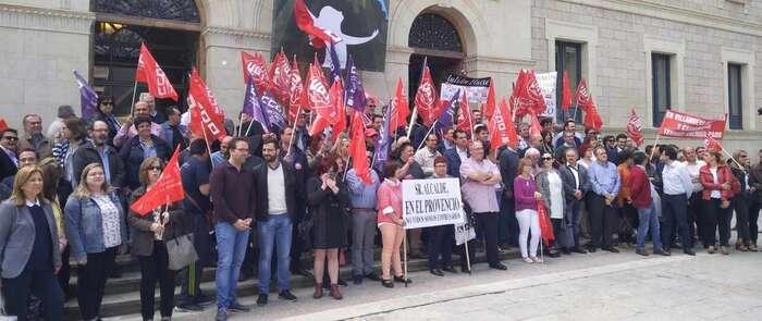 """Unas 200 personas exigen a Prieto que """"recapacite"""" para que la Diputación de Cuenca se sume al Plan de Empleo regional"""