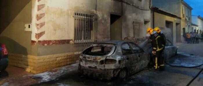 El incendio de dos vehículos en Pedro Muñoz obliga a evacuar a una mujer y dos niños pequeños de su vivienda