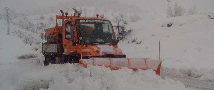 El operativo de emergencia desplegado en Albacete continúa trabajando para atajar los efectos de la nieve en las carreteras de la provincia