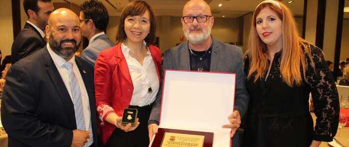 El Ayuntamiento de Alcázar recibe la insignia de oro del Comité de Árbitros como ciudad de deporte