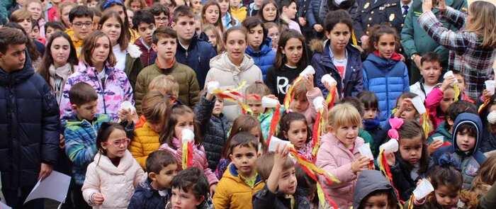 El colegio Jardín de Arena de Alcázar realiza un homenaje a la bandera con motivo del Día de la Constitución