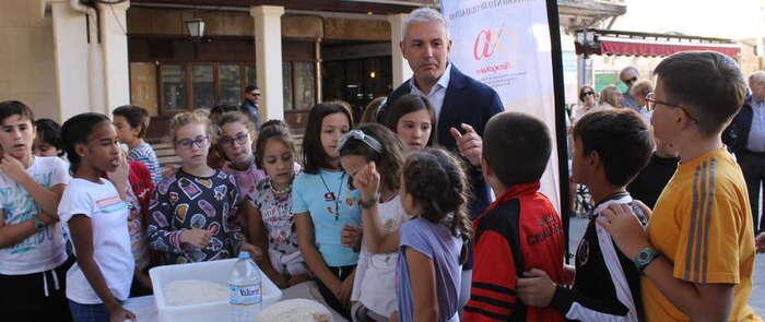 El alcalde de Villamayor y candidato del PP al Congreso, anima a los niños a comer buen pan a diario