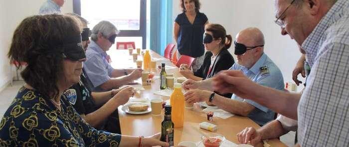 La alcaldesa y la concejala de Servicios Sociales de Alcázar participan en el desayuno y paseo a ciegas de la ONCE