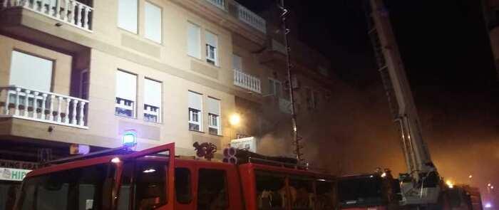 Diez personas tarasladadas al hospital afectadas por inhalación de humo tras el incendio en un edificio en Villarrobledo