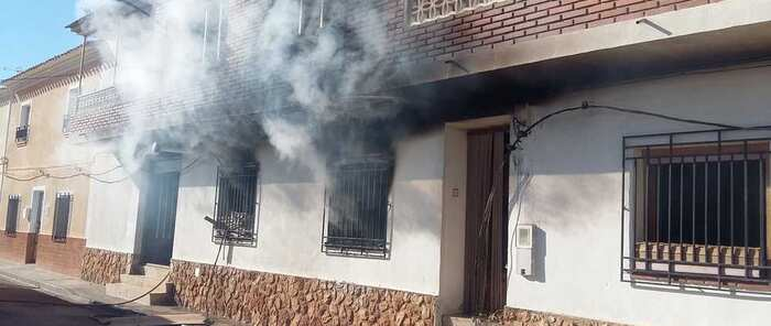 Efectivos del SEPEI sofocan el incendio de una vivienda de dos plantas en Barrax