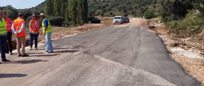 Más de 50 personas, una treintena de medios materiales y vehículos del Gobierno regional despejan las carreteras tras las intensas lluvias