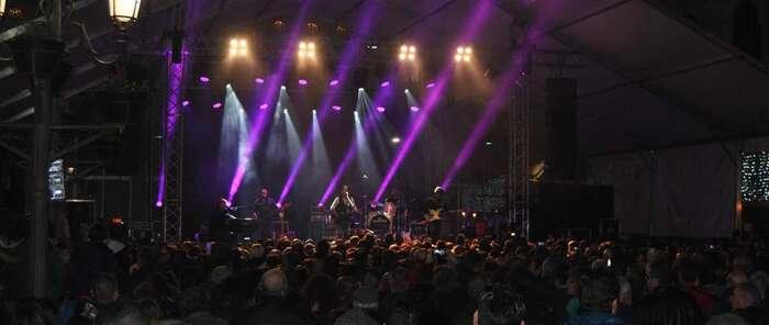 Cerca de 4.000 personas celebran junto a 'Los Secretos' en Ciudad Real el aniversario de la Constitución en un concierto organizado por el Gobierno regional