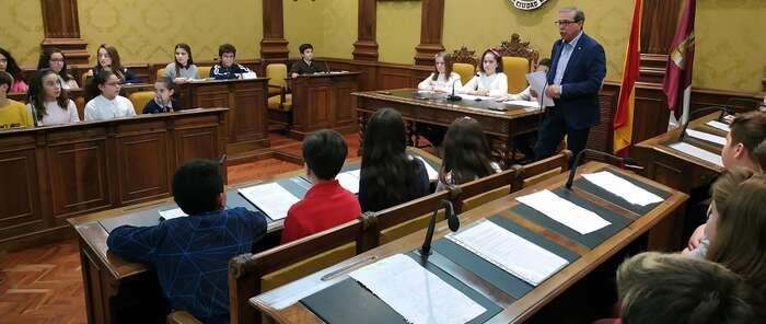 Niños y niñas ocupan el Salón de Plenos de Valdepeñas para celebrar el Pleno Infantil de la Constitución