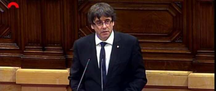 Puigdemont declara a Cataluña como independiente aunque la suspende durante unas semanas
