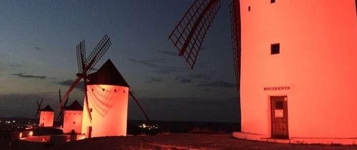 La noche del 22 de mayo los molinos de Alcázar y el ayuntamiento se iluminarán de rojo para sensibilizar sobre el Síndrome 22q11