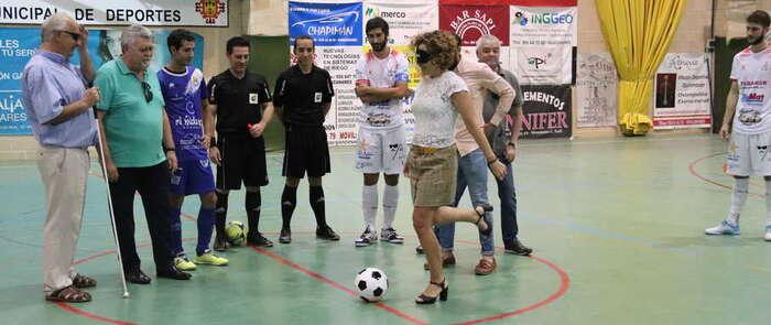 Saque a ciegas en el fútbol sala por la Semana de la ONCE en Manzanares
