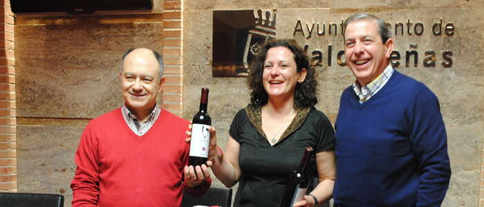 Su peso en vino: Pilar González, agraciada con 71 litros de vino de Valdepeñas