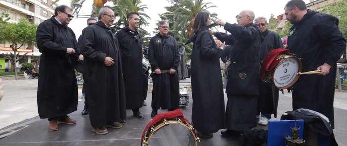 El presidente de la Diputación de Albacete, testigo del reconocimiento de Hellín a Encarnita Onrubia, 'Tamborilera del Año'