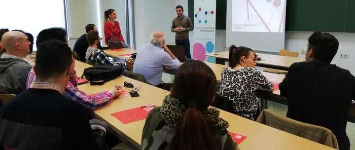 AJE Puertollano enseñó a una veintena de empresarios a preparar sus escaparates para Navidad