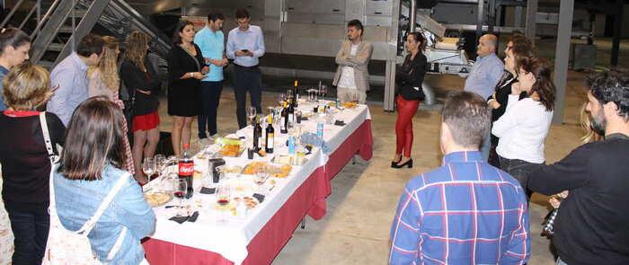 Más de veinte socios de AJE Valdepeñas celebraron un nuevo encuentro en Colival, con cata de aceite y presentaciones de sus empresas