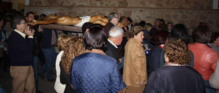 En una noche veraniega  el Cristo de  Santa María recorrió las calles del barrio del parterre en La Solana