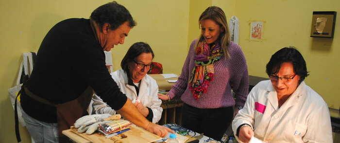 El reconocido artista Miguel Villarino visita el Taller de Artes Plásticas 'Daniel de Campos'