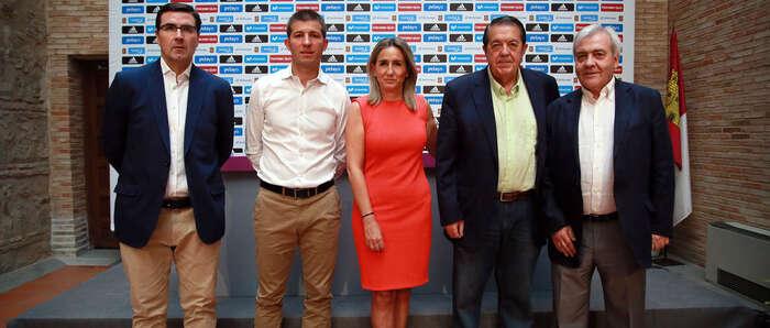 La alcaldesa de Toledo presenta con Celades el partido amistoso sub-21 que enfrentará el día 1 a España e Italia en el Salto del Caballo