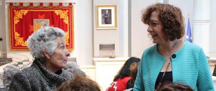 """Los mayores del """"Taller de Memoria"""" de Cruz Roja visitan el Ayuntamiento de Alcázar para conocer su historia"""