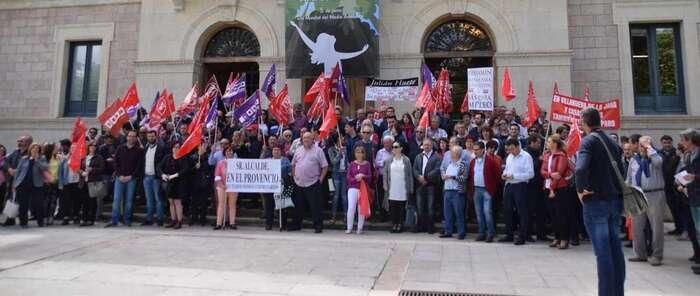 Más de 200 personas se concentran ante la Diputación de Cuenca para exigir a su presidente la adhesión al Plan de Empleo de la JCCM